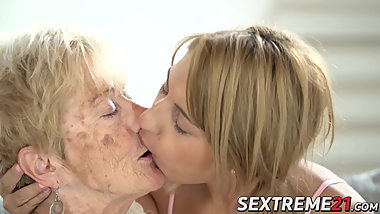 Naughty Sarah Cute makes kinky lesbian love with granny